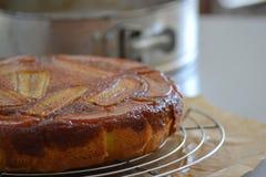 Torta del plátano con caramelo salado Fotografía de archivo