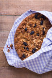 Torta del plátano con el top del granola de la harina de avena con las pasas negras imagenes de archivo