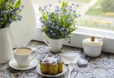 Torta del Polenta con la taza de café Imagenes de archivo