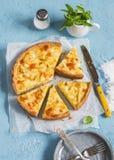 Torta del porro, della patata e del formaggio su un fondo blu Immagine Stock Libera da Diritti