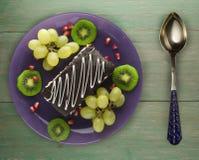 Torta del postre con el kiwi y las fresas en un fondo de madera Imágenes de archivo libres de regalías