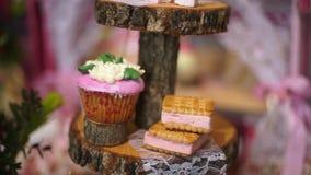 Torta del postre del merengue con las bayas frescas en una madera metrajes