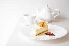 Torta del pudín en la placa blanca con las tazas de té Imágenes de archivo libres de regalías