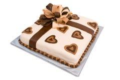 Torta del regalo de la pasta de azúcar con la cinta elaborada Imagenes de archivo