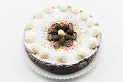 Torta del Ricotta y de chocolate adornada con los huevos de chocolate Foto de archivo libre de regalías