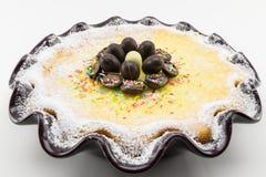 Torta del Ricotta y de chocolate adornada con los huevos de chocolate Fotografía de archivo libre de regalías