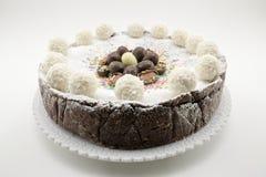 Torta del Ricotta y de chocolate adornada con los huevos de chocolate Fotografía de archivo