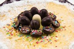 Torta del Ricotta y de chocolate adornada con los huevos de chocolate Imágenes de archivo libres de regalías