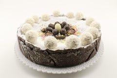 Torta del Ricotta y de chocolate adornada con los huevos de chocolate Imagen de archivo
