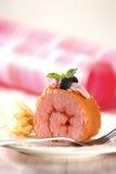 Torta del rodillo de la fresa Foto de archivo libre de regalías