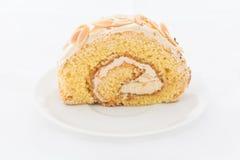 Torta del rollo de la almendra en el plato blanco Foto de archivo libre de regalías