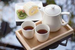 Torta del rollo del coco con té de tarde Foto de archivo