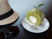 Torta del rollo del té, gafas de sol y sombrero tejido Imagenes de archivo