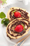 Torta del rollo suizo del chocolate con las fresas Foto de archivo