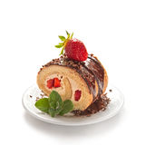 Torta del rollo suizo del chocolate con las fresas Fotos de archivo libres de regalías