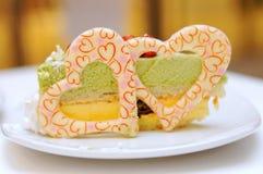 Torta del té verde con la formación de hielo de la dimensión de una variable del corazón Foto de archivo libre de regalías