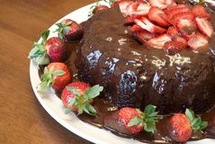 Torta del terciopelo del chocolate con las fresas Fotos de archivo libres de regalías