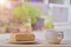 Torta del tonno della prima colazione con caffè nero Fotografie Stock Libere da Diritti