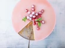 Torta del yogur de la frambuesa adornada con las bayas Imagen de archivo