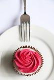 Torta deliciosa con crema rosada Fotografía de archivo