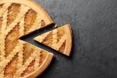 Torta deliciosa con el atasco en fondo de la placa de la pizarra fotos de archivo