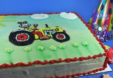 Torta deliciosa con la formación de hielo y convites Foto de archivo