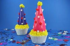 Torta deliciosa con la formación de hielo y convites Imagen de archivo