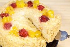 Torta deliciosa con las fresas frescas en fondo de madera Imagen de archivo libre de regalías