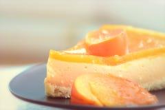 Torta deliciosa con las frutas anaranjadas en una placa Imagen de archivo