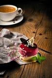 Torta deliciosa de la frambuesa con las fresas frescas, frambuesas, arándano, pasa imagenes de archivo