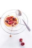 Torta deliciosa de los Clafoutis en la tabla Foto de archivo libre de regalías