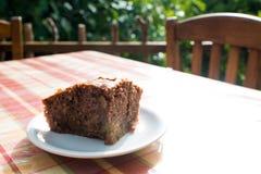 Torta deliciosa del Apple-chocolate en la placa en la tabla Imágenes de archivo libres de regalías