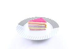 Torta deliciosa del crespón en aislante del plato en el fondo blanco Fotografía de archivo