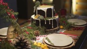 Torta deliciosa del pan de jengibre en la tabla de cena adornada de la Navidad en la atmósfera acogedora festiva romántica de Noe almacen de video