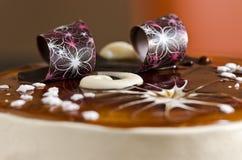 Torta deliciosa del tiramisu con las decoraciones dulces Foto de archivo