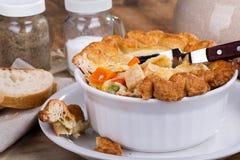 Torta deliciosa do galinha e a vegetal de potenciômetro imagens de stock