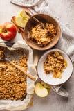 Torta della briciola dell'avena della mela del vegano di autunno in ciotola della noce di cocco, vista superiore fotografia stock