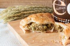 Torta della carne fresca e fagiolino verde fatti casa sul bordo di legno Immagini Stock Libere da Diritti