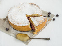 Torta della crema con la ciliegia Fotografia Stock Libera da Diritti