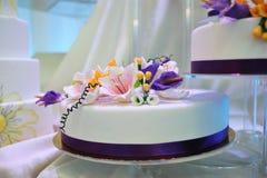 Torta della crema di cerimonia nuziale con la decorazione del fiore immagine stock