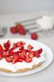 Torta della crema e della fragola Dessert casalingo di estate Fotografia Stock