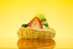 Torta della frutta nella priorità bassa gialla Fotografia Stock