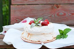 Torta della meringa con le fragole Fotografie Stock Libere da Diritti