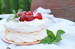 Torta della meringa con le fragole Fotografia Stock