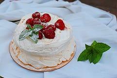 Torta della meringa con le fragole Fotografie Stock