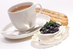 Torta della meringa del mirtillo con una tazza di tè e di bisc Fotografia Stock Libera da Diritti