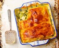 Torta della pasta sfoglia con il pollo e le verdure Fotografia Stock