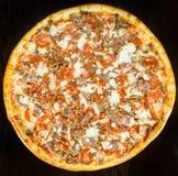 Torta della pizza del bacon delle merguez della salsiccia intera Immagini Stock Libere da Diritti