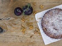 Torta della prugna con la prugna e le noci fresche Fotografia Stock