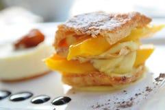 Torta della vaniglia del mango fotografie stock